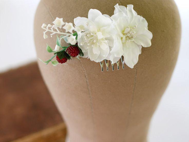 WYPRZEDAŻ Ręcznie wykonany grzebyk ślubny z białych kwiatów i malin!  Do kupienia w sklepie internetowym Madame Allure.