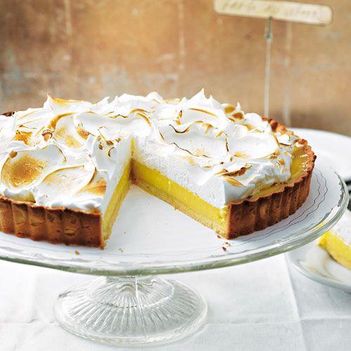 Zitronen-Tarte! Gute Idee für eilige Tarte-Bäckerinnen: Statt Baiser können Sie auch ganz einfach Puderzucker auf die Zitronencreme geben.