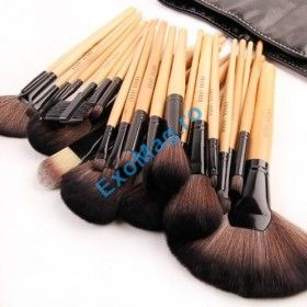 Trusa 32 pensule machiaj Bobbi Brown - http://exomag.ro/pensule-machiaj-profesionale-makeup/trusa-32-pensule-profesionale-pentru-machiaj-Bobbi-Brown-par-natural-gentuta.html