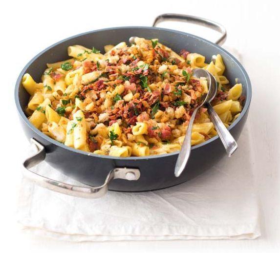 Těstoviny se sýrovou omáčkou a křupavou slaninovou strouhankou (www.albert.cz/recepty)