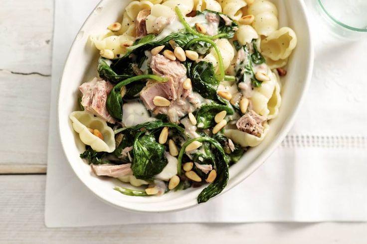 15 april - Tonijn in water in de bonus - Pastaschelpjes, spinazie en tonijn met de bekende Italiaanse carbonarasaus - Recept - Allerhande