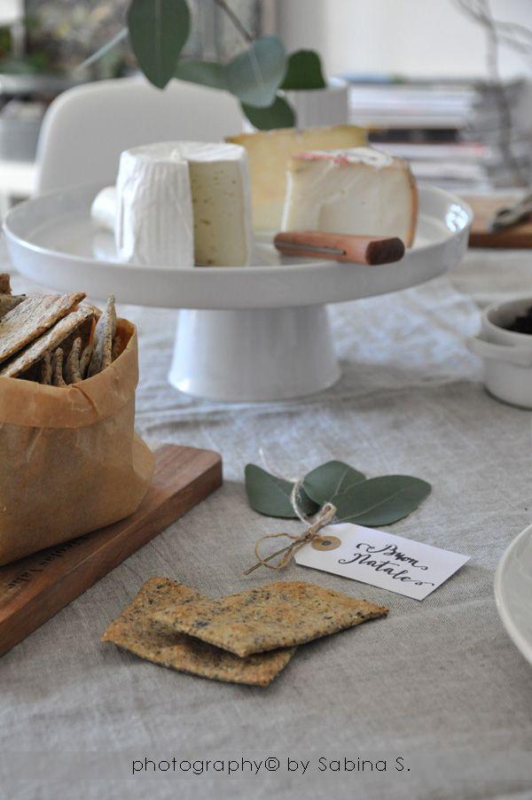 Dvě blondýnky v kuchyni: Sušenky s Chia semínek, sezamu a dýně s podnosem kozím sýrem a marmeládou z červené cibule
