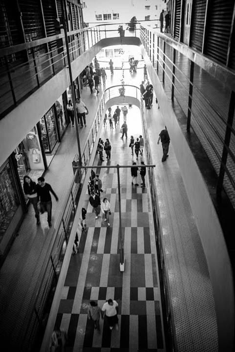 Galeria do Rock, em São Paulo (SP). Foto de Marcello Fioravanti. Veja mais em: http://www.jornaldafotografia.com.br/noticias/de-fa-para-fa-projetos-independentes-ligados-a-fotografia/