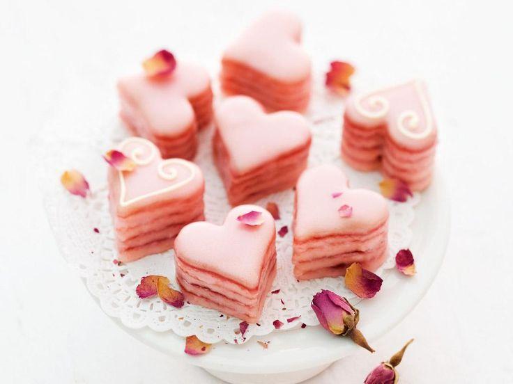 Natürlich, am Tag der Liebe gibt es für die bessere Hälfte etwas ganz Besonderes! Wie wäre es in diesem Jahr mit selbstgemachten Plätzchen in Herzchenform? Sternekoch Johann Lafer weiß, wie es geht.