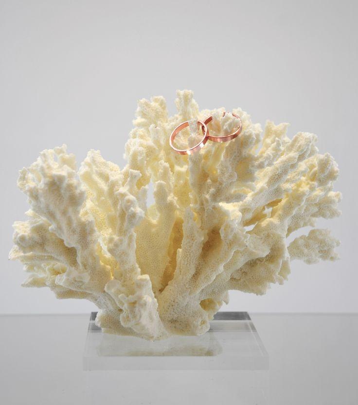 Per chi ama il mare: portafedi in corallo by Amatelier.