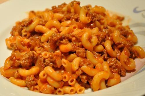 Macaronis sauce à la viande rapide de Mireille - La recette que maman me faisait. Simple, vite fait et délicieux!1-1/2 tasse de macaronis1 lb boeuf haché1 oignon en dés1/2 boîte de sauce tomat...