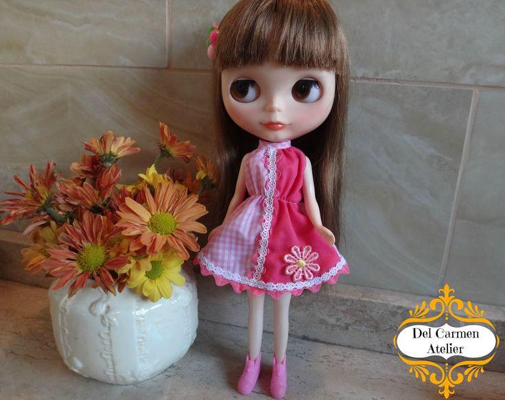 """""""Felipa"""" Vestido bicolor. Tonos fucsia y cuadrillé rosado, detalles en blondas, zig zag y flor. Accesorios y muñeca No incluidos. Precio vestido $4.000 (Chile)"""