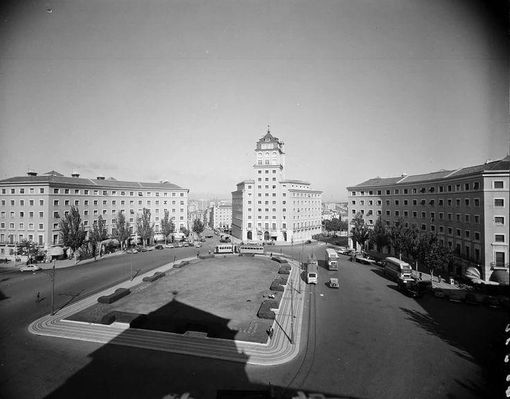 Praça do Areeiro, 1958, foto de Armando Serôdio, in a.f. C.M.L.