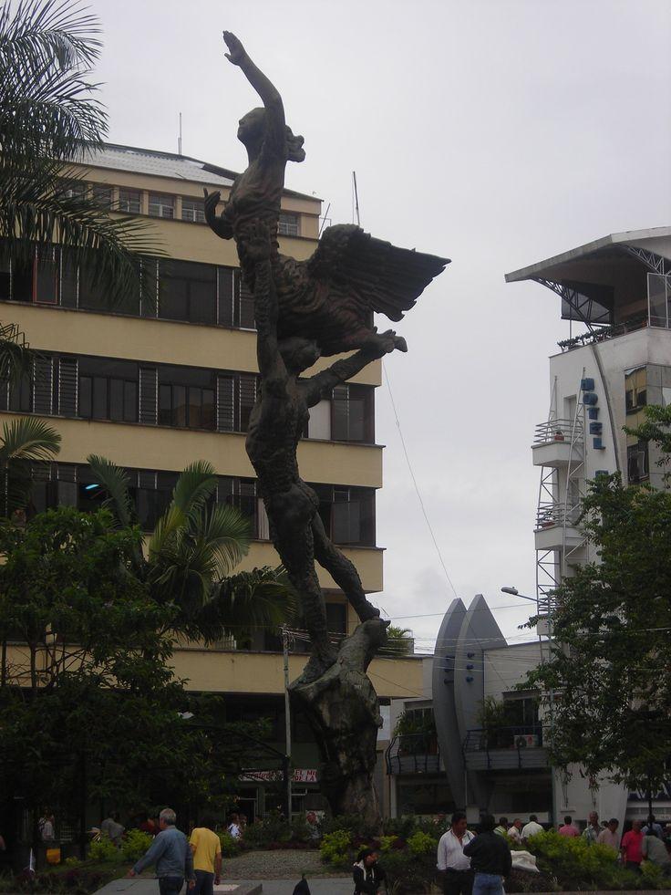 """Escultura """"El esfuerzo"""", bronce y concreto, 12 m de altura, autor Rodrigo Arenas Betancourt, en la Plaza de Bolívar de Armenia Quindio"""