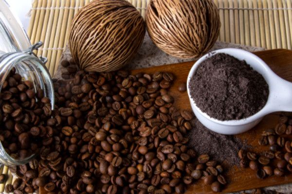 Coffee and Cocao Face Mask Natural 4 Tbsp finely ground coffee beans 4 Tbsp cacao powder 6 Tbsp milk (or almond milk if so inclined) 2 Tbsp honey 1 Tbsp coconut oil