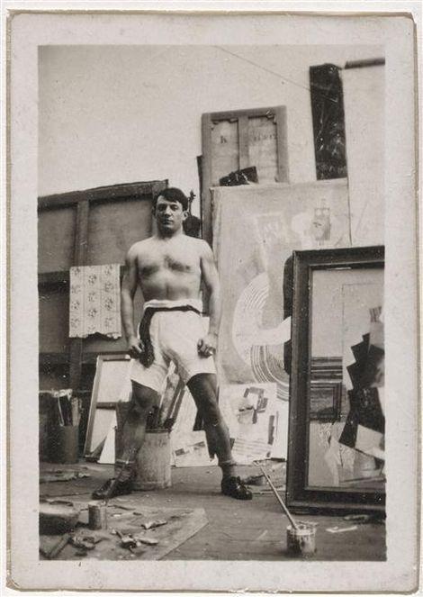 ANONYME(?), portrait de Pablo Picasso en culotte de boxeur devant Homme assis au verre en cours d'exécution dans l'atelier de la rue Schoelcher, Paris