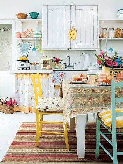 Colorful vintage kitchen.Cottages Kitchens, Kitchens Design, Vintage Kitchens, Shabby Chic, Design Kitchen, Coastal Living, Colors Kitchens, Country Kitchens, Bright Colors