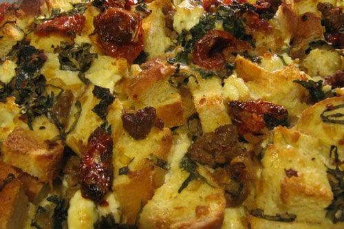 Πουτίγκα αλμυρή με λουκάνικο, ντοματίνια και τυριά
