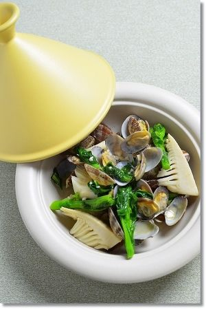 簡単!菜の花と筍のあさり蒸し by 調理師/料理家 槙 かおる | レシピ ... 冷めないようにふたつきの器(今回は小さなタジン鍋)に入れて食卓に出しました