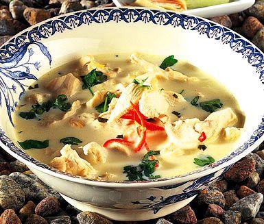 På under en halvtimme kan du tillaga denna soppa med underbar smaker från Thailand! Den karaktäristiska smaken kommer från bland annat citrongräs och koriander som får fin hetta av chilin. Servera bröd till din aromatiska thaisoppa med kyckling.