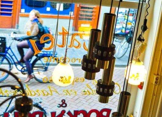 Latei #Amsterdam – Chairs & cheesecake (by Lauren Murphy)