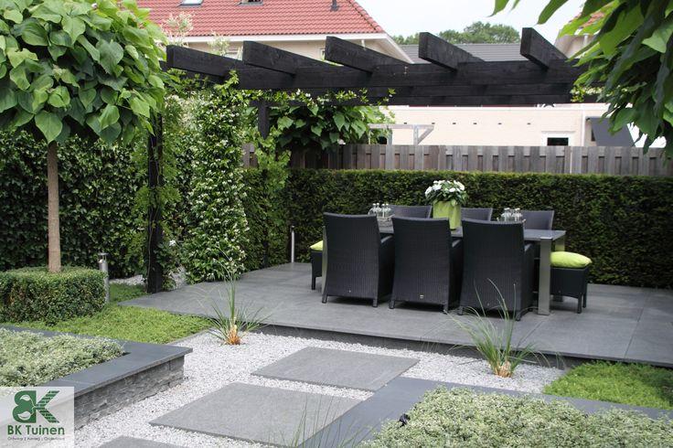 Grote pergola met verhoogd terras www.groenehanden.nl