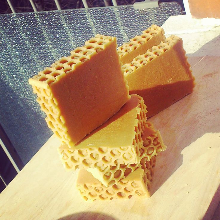 Il miele è meraviglioso nel sapone, agisce come umettante  ed ha un azione antimicrobica!   Perfetto per le pelli delicate o per i ba...