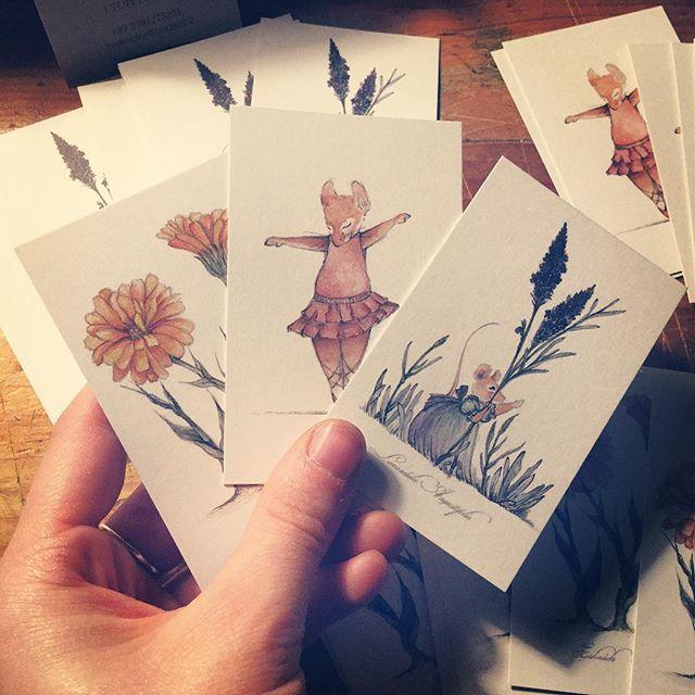 Tre scatole piene dei nuovi biglietti da visita!!  #bigliettidavisita #pubblicitá #calendula #lavanda #ballerina #illustration #graphicdesign #felicità #itopidicice #instagram