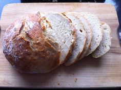Brood bakken zonder kneden moet je echt eens proberen. Met dit recept krijg je een heerlijke knapperige korst. Precies zoals brood hoort te zijn.
