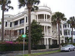 チャールストン中心街歴史地区にある「ザ・バッテリー」地区の昔の家-サウスカロライナ州 - Wikipedia