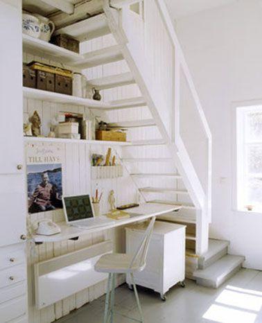 Un coin bureau installé sous l'escalier, une solution gain de place