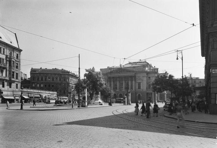 Blaha Lujza tér a Márkus Emilia (Rákosi Jenő) utcától nézve. Szemben a Nemzeti Színház, előtte a Tinódi szobor, jobbra a Corvin áruház.