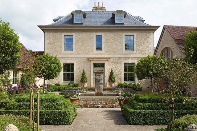 En la edición de enero de House and Garden,Constance ha seleccionado estos dos reportajes dedicados a dos magníficas casas de campo inglesas y a sus respectivas reformas. La primera; se llama Carskiey Estate y está situada en Mull of Kintyre, en el sudoeste de Escocia. Si por algo es conocida esta localidad, es por la…
