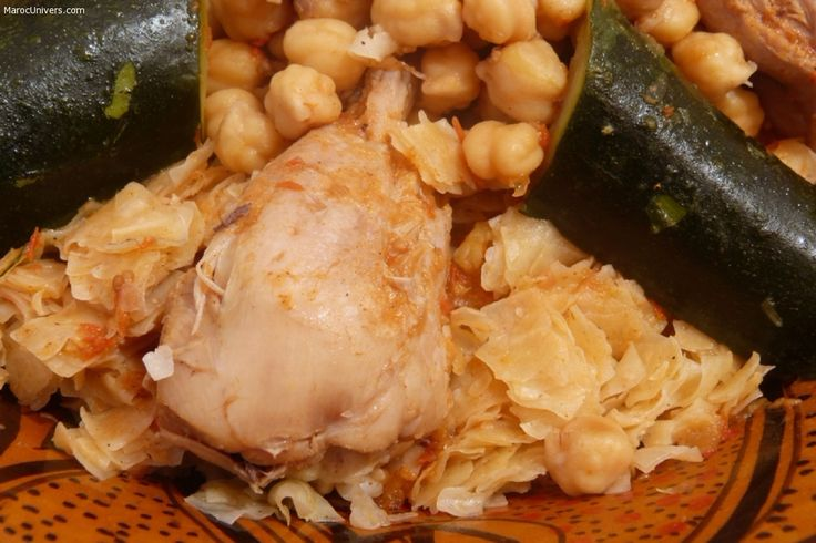 """Préparation : Dans le bas du couscoussier, mettre le poulet et la viande ainsi que l'oignon râpé, le poivre, le sel, le piment doux, le smen et faites revenir quelques minutes. Ajouter les tomates fraîches mixées et un grand verre d'eau et laisser mijoter. Ajouter 1,5l d'eau. trida vapeur Préparer la pâte à trida : Dans une """"gasaa"""" ( grande bassine en bois) ou un grand saladier, verser les pâtes. Ajouter l'huile (2càs) et faites la imprégner délicatement en veil..."""