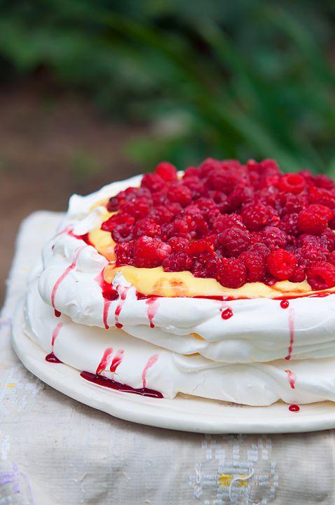 Tort Pavlova cu zmeura si crema de vanilie