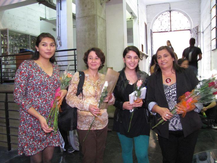 Claudia Escobar y Paulina Cona, obsequiando flores en la sede, en conmemoración del día Internacional del Libro.