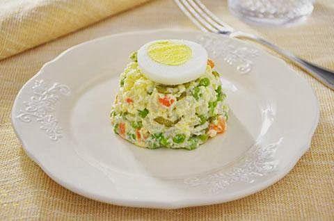 La ricetta dell'insalata russa è tipica delle feste natalizie. L'insalata russa è un gustoso antipasto formato da verdure tagliate in piccoli pezzi regolari e maionese. L'insalata russa è facilissima da fare e può essere preparata in anticipo.