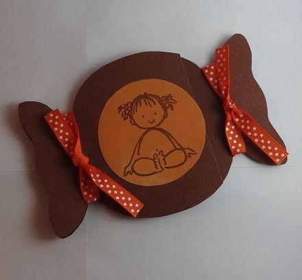 Carte pour faire-part ou félicitations de naissance, baptême ou simplement l'anniversaire d'un jeune enfant... Réalisée à la main en papier texturé chocolat. Le bonbon est décoré de deux nœuds en ruban orange à pois blancs.  Motif bébé fille.  Mesure environ 10 x 15 cm.  Ce modèle peut être personnalisé à l'infini : choix des couleurs, du dessin, ...