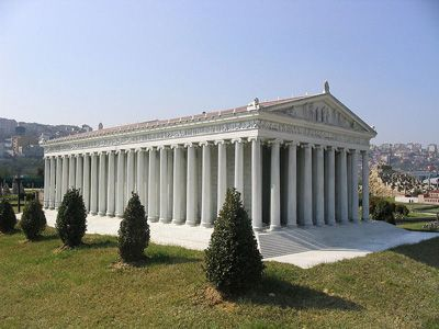Esempio di tempio diptero: tempio di Artemide (l'immagine ne è una ricostruzione); VI secolo a.C.; Efeso.