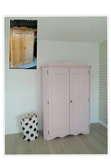 Oude grenen kast opgeknapt met oud roze krijtverf van By Essato. Behang Esta Everybody Bonjour en wasmand van Hema