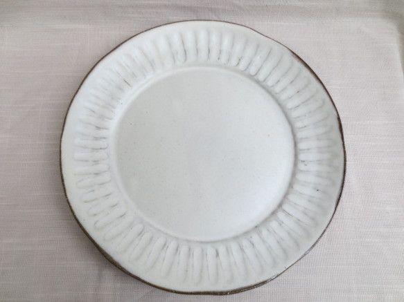 パスタやワンプレートランチなど、用途がいっぱいの平たいお皿です。 荒めの土で成形し彫り(しのぎ)を入れ、内側に白化粧を掛けてマット系の釉薬を掛けました。 表面... ハンドメイド、手作り、手仕事品の通販・販売・購入ならCreema。