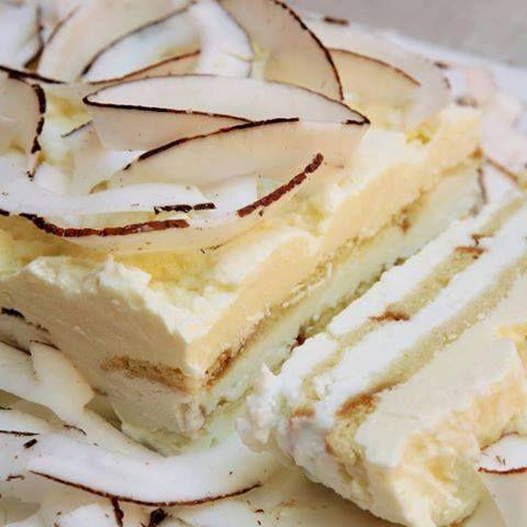 Pão-de-ló 5 ovos 2 ½ xícara de farinha de trigo 1 ½ xícara de açúcar 1 xícara de chocolate em pó 1 colher de chá de fermento em pó ...