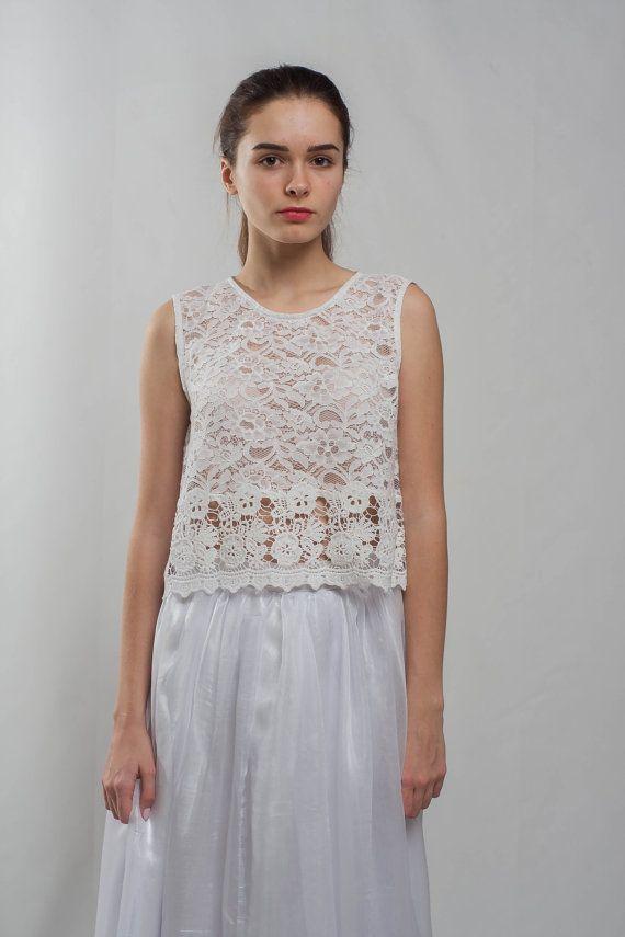 Deze wit mouwloos lace blouse is een van de noodzakelijke stuk van het dragen voor elke vrouw! U kunt deze top guipure dragen voor uw bruiloft of een evenement in de avond. Een ketting en een koppeling toevoegen aan uw blouse en u zult kijken ritzy en prachtige voor iedere partij. Mij recommanderen u voor deze witte blouse met maxi formele uitlopende rokken dragen. U kunt de formele rok toevoegen aan deze blouse in mijn winkel…