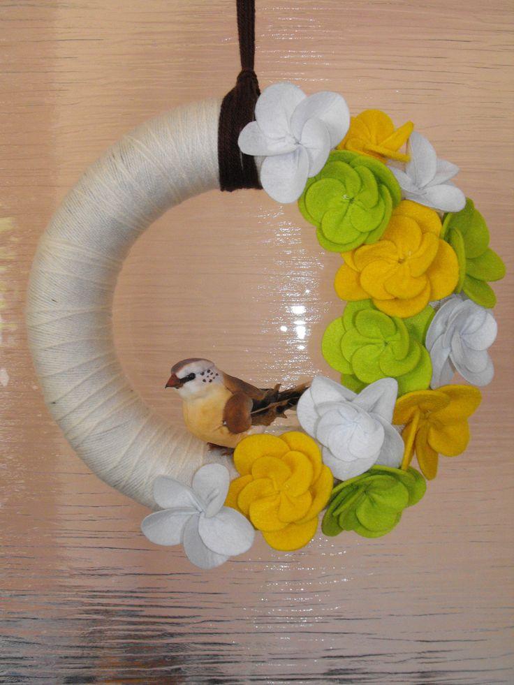 Első fonal koszorúm egy helyes kis madárkával, és színes filcvirágokkal. A madárka kivételével mindent én készítettem. :)