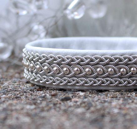 Mellanbrett med silverkulor