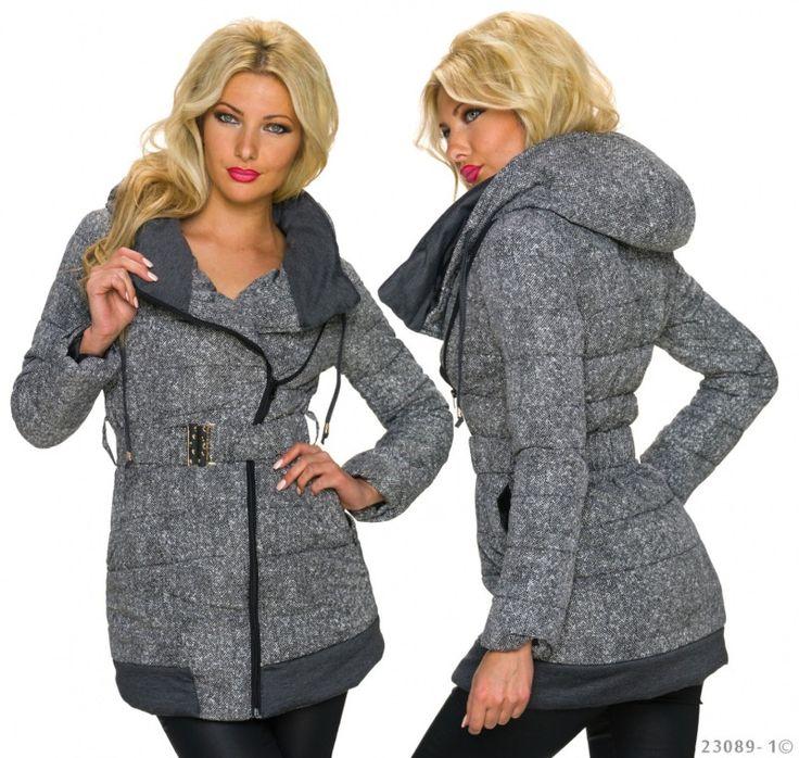 Dámský zimní kabát v šedo-bílé variantě s kapucí a páskem se šikmým zapínáním.