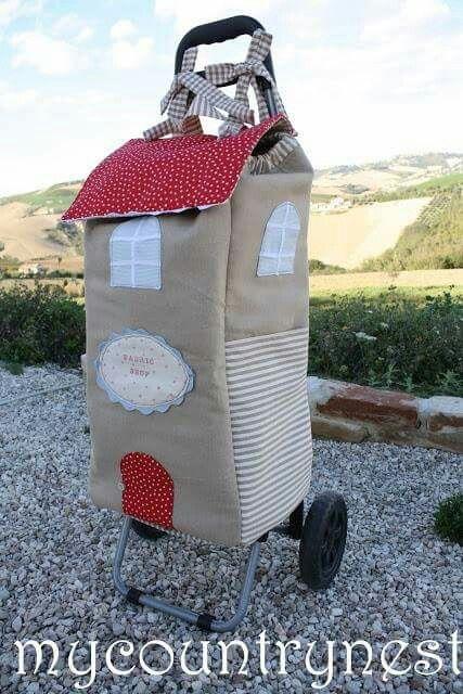 Simples, elegante e pratico este carrinho de compras em patchwork.