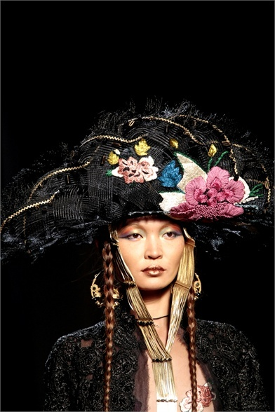 Jean Paul Gaultier - Haute Couture Spring Summer 2010 A pirate looking design including a few brightly coloured flowers is a simple design that has inspired me to explore more tribal looking headpieces.