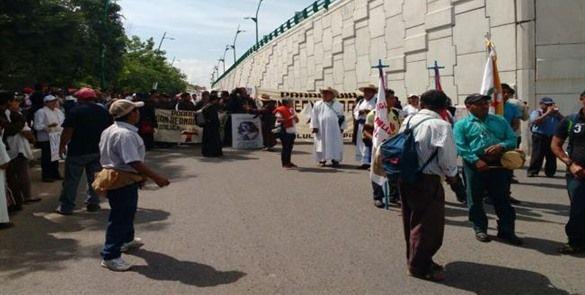 Indígenas y católicos marchan en Chiapas en apoyo a maestros