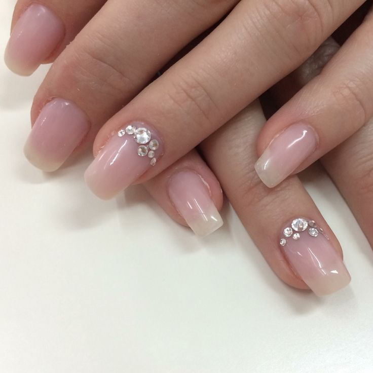 Ongles au gel. Ongles pastels. Ongles roses. Diamants Swarovski. Nails art. Light pink nails. Swarovski diamonds