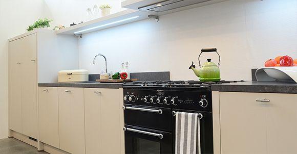Ervaar de sfeer van een landelijke keuken. Een groot 5-pits gasfornuis met riante oven. Krijgt u meerdere eters? Geen probleem om een heerlijk ovengerecht op tafel te zetten. Bekijk deze opstelling in onze keukenshowroom in Hoogeveen.