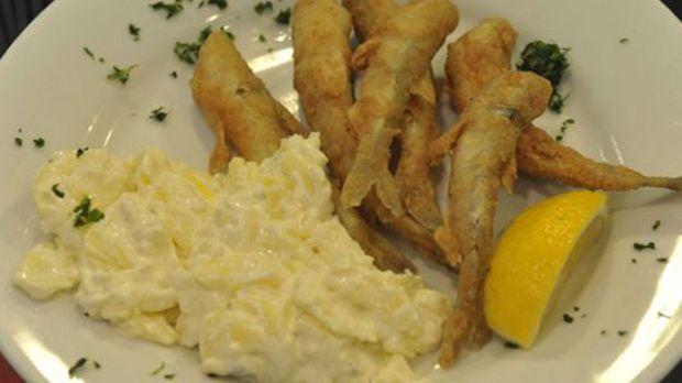 Klassischer Kartoffelsalat mit Räucherspeck und einer Prise Curry