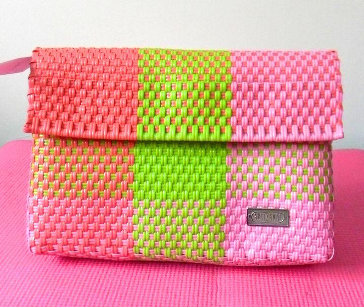 www.fb.com/hechoamanolaguna. Bolsa de fibra de plástico hecha 100% a mano.