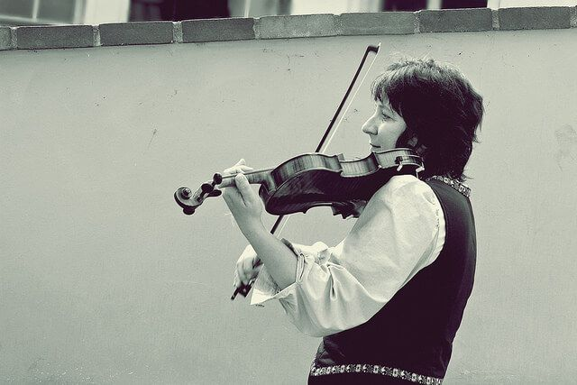 VIOLINIST (in black and white)