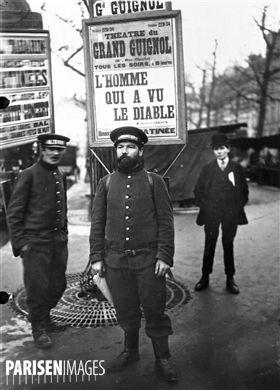 Homme-sandwich pour  L'homme qui a vu le diable , de Gaston Leroux, joué au théâtre du Grand Guignol. Paris, 1912.